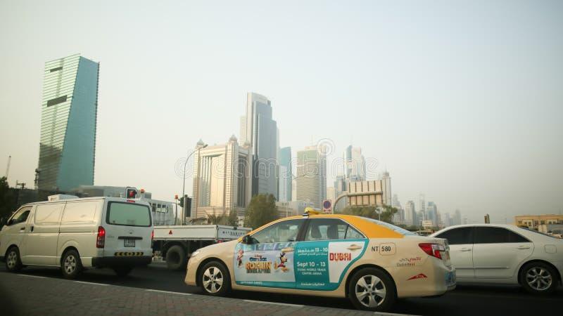 DUBAI, UAE - 20 DE AGOSTO DE 2014: Tráfego em Dubai em um dia de verão fotos de stock royalty free