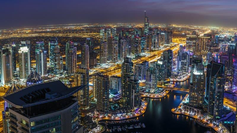 DUBAI, UAE - 14 DE DEZEMBRO DE 2015: Vista panorâmica do distrito do porto de Dubai na noite com arranha-céus fotos de stock