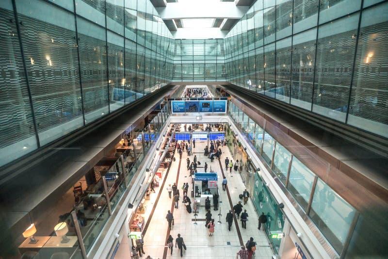 DUBAI, UAE - 25 DE DICIEMBRE DE 2015: Área con franquicia dentro del aeropuerto foto de archivo libre de regalías