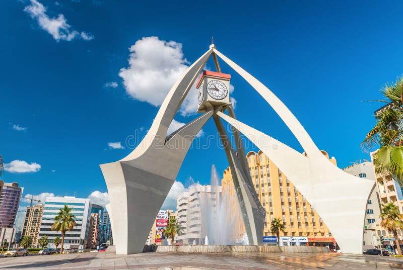 DUBAI, UAE - 11 DE DICIEMBRE DE 2016: Cruce giratorio de la torre de reloj en Deira, imagen de archivo libre de regalías