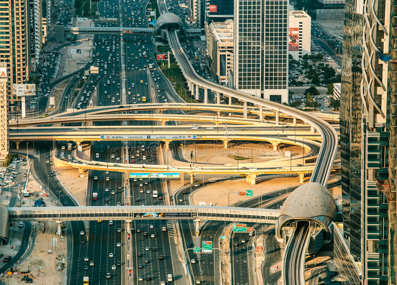 DUBAI, UAE - 8 DE DICIEMBRE DE 2015: Vista aérea del camino de la carretera de Sheikh Zayed en Dubai foto de archivo libre de regalías