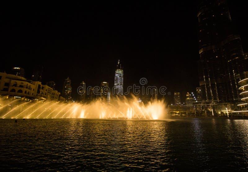 Dubai, UAE - 7 de diciembre de 2018: fuentes del canto en Dubai imagenes de archivo