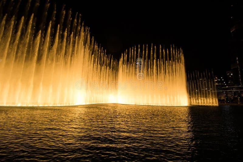 Dubai, UAE - 7 de diciembre de 2018: fuentes del canto en Dubai fotografía de archivo libre de regalías