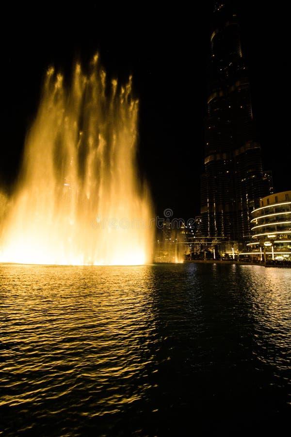 Dubai, UAE - 7 de diciembre de 2018: fuentes del canto en Dubai fotografía de archivo