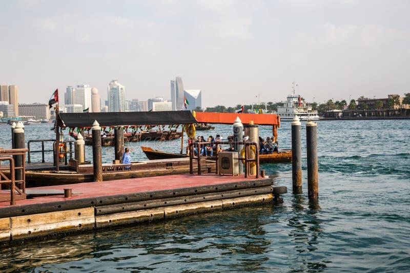 DUBAI, UAE 18 DE ENERO: Abra tradicional balsea el 18 de enero, 2 fotografía de archivo