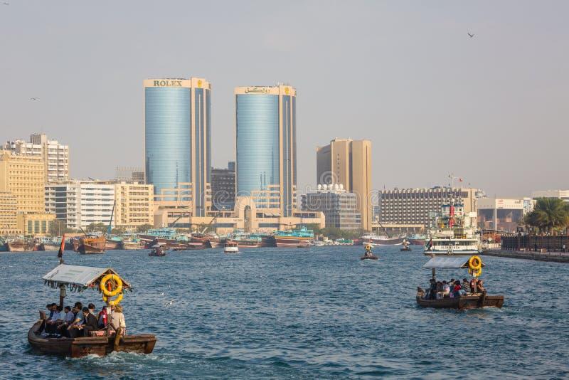 DUBAI, UAE 18 DE ENERO: Abra tradicional balsea el 18 de enero, 2 fotos de archivo