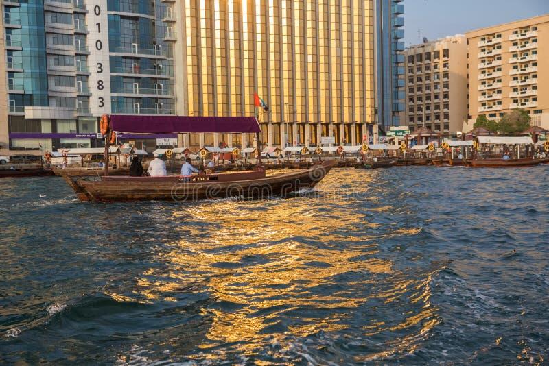 DUBAI, UAE 18 DE ENERO: Abra tradicional balsea el 18 de enero, 2 imagen de archivo