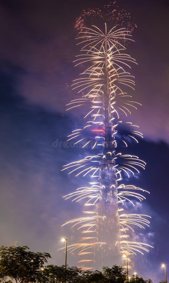 DUBAI, UAE - 1 DE ENERO: Fuegos artificiales de Burj Khalifa en nuevo Year fotos de archivo libres de regalías