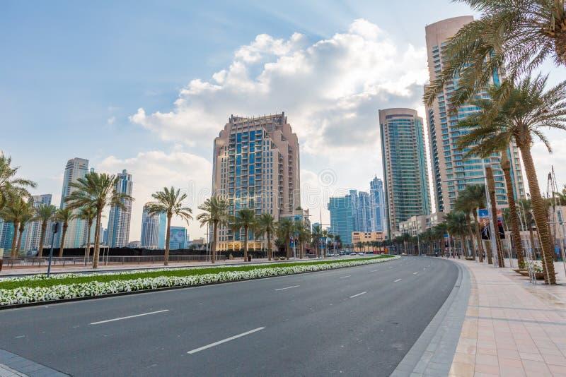 DUBAI, UAE 16 DE ENERO: Rascacielos en el centro de ciudad en enero fotografía de archivo libre de regalías
