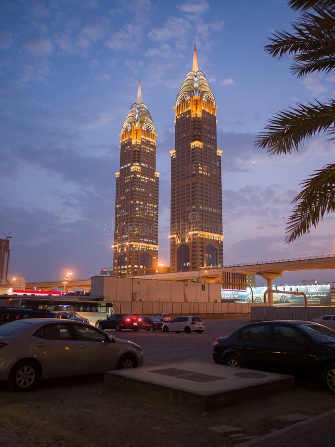 Dubai, UAE - 15 de maio de 2018: Arquitetura moderna de Dubai em Sheikh Zayed Road na cidade de Dubai: Al Kazim Towers ou negócio imagem de stock royalty free