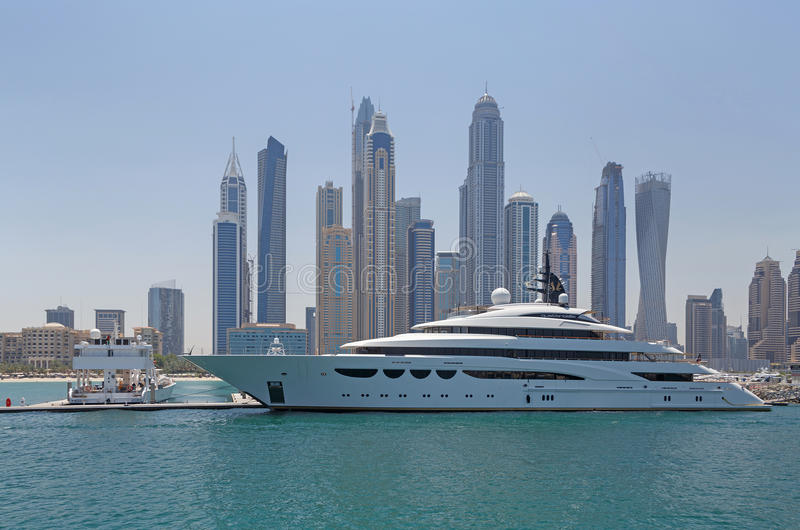 DUBAI, UAE - 15 DE MAIO DE 2016: iate luxuoso imagem de stock