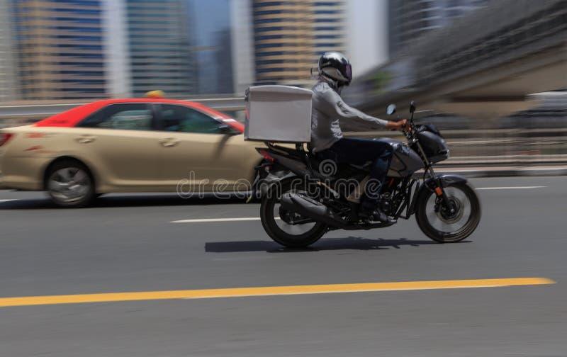 DUBAI, UAE - 12 DE MAIO DE 2016: serviço de entrega do alimento imagem de stock royalty free