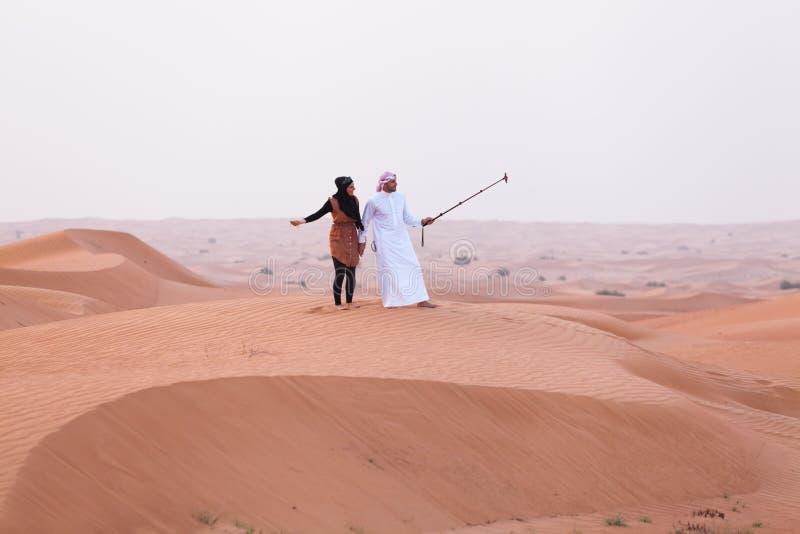 DUBAI, UAE - 11 DE MAYO DE 2014: Safari - conduciendo en el desierto, tradi fotos de archivo libres de regalías