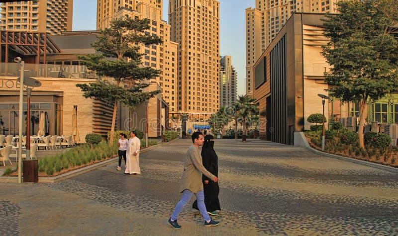 Dubai, UAE - 8 de mayo de 2018: 'promenade' del puerto deportivo de Dubai en la puesta del sol Opinión de los rascacielos del pue fotos de archivo libres de regalías