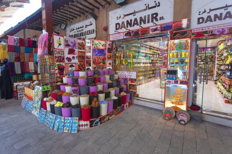 DUBAI, UAE - 9 de novembro de 2018: Souk da especiaria de Dubai no distrito de Deira As especiarias compram na cidade velha de Du fotografia de stock
