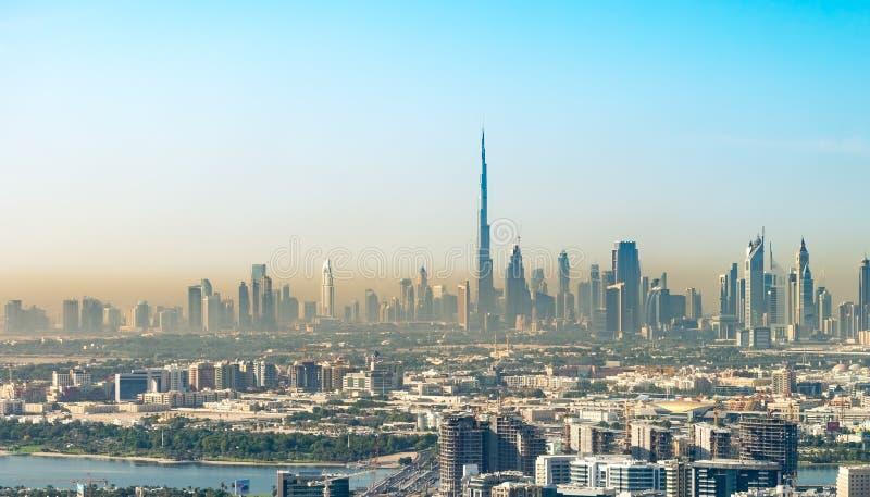 DUBAI, UAE - 22 DE NOVIEMBRE DE 2015: Horizonte y edificios de la ciudad Duba imagenes de archivo