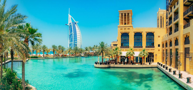 DUBAI, UAE - 6 DE OUTUBRO DE 2016: Opinião árabe do al de Burj de Madinat Jumeirah, Dubai Vista bonita na vela do hotel Mercado e fotografia de stock royalty free