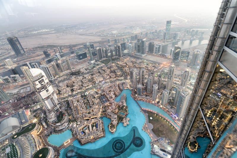 DUBAI UAE - DECEMBER 4, 2016: Flyg- sikt för natt av den i stadens centrum buien royaltyfria foton