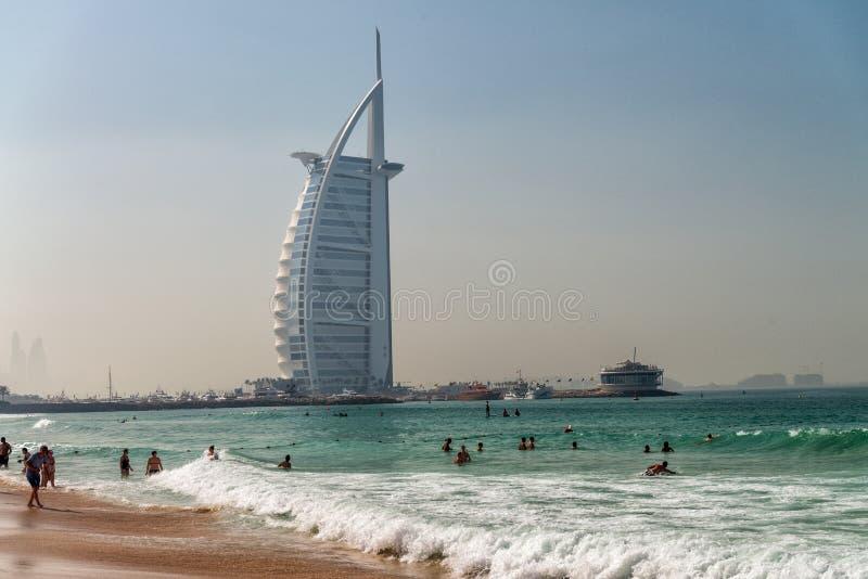 DUBAI, UAE - 5. DEZEMBER 2016: Ansicht Burj Al Arab vom Strand lizenzfreie stockfotografie