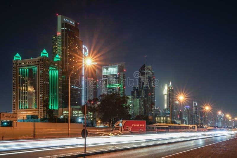DUBAI, UAE - DEZEMBER 31,2017: Straße in Dubai mit Wolkenkratzern stockfoto