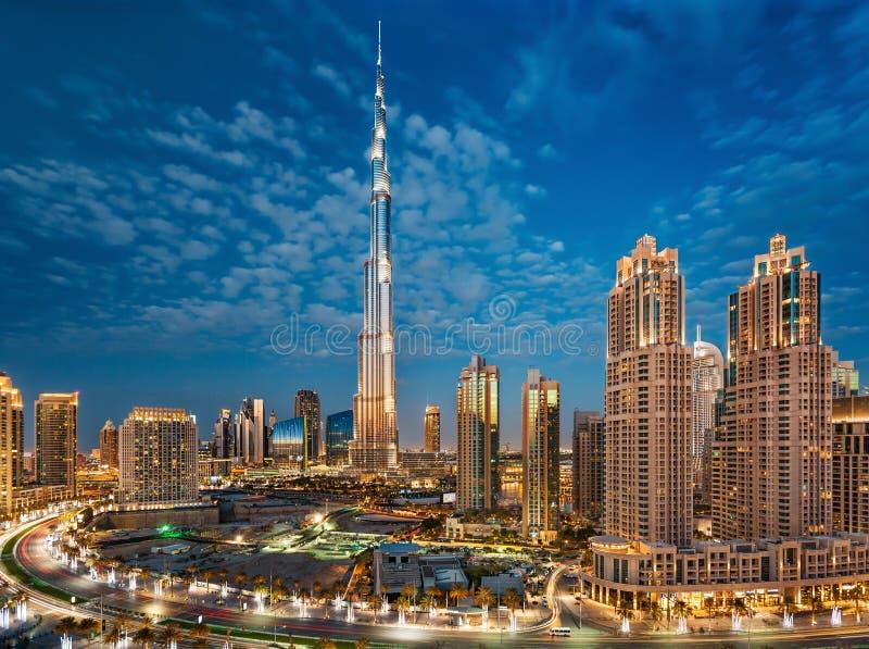 Dubai, UAE, el 31 de diciembre de 2013 Burj Khalifa en la hora azul mágica fotografía de archivo