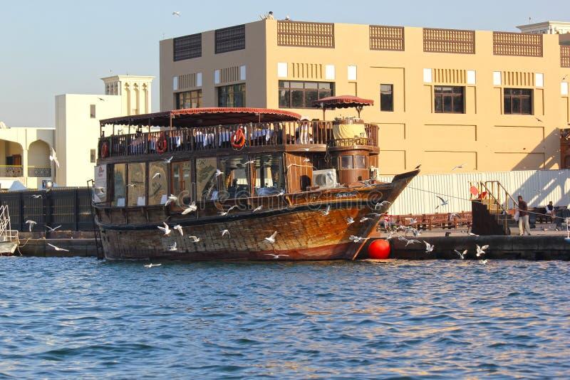 Dubai, UAE, el 29 de enero de 2018: Los abras tradicionales están aguardando a pasajeros en Dubai Creek, oficina Dubai foto de archivo libre de regalías