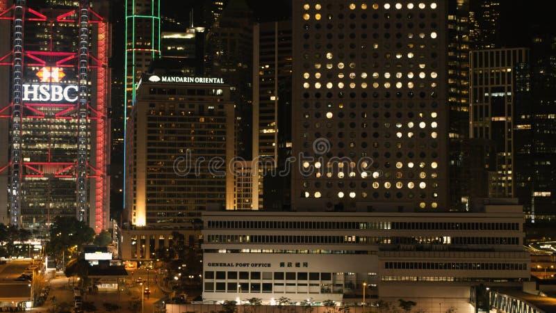 DUBAI, UAE - em abril de 2018: A cena do centro da noite de Dubai com cidade ilumina-se, a elevação nova luxuosa - cidade da tecn fotografia de stock