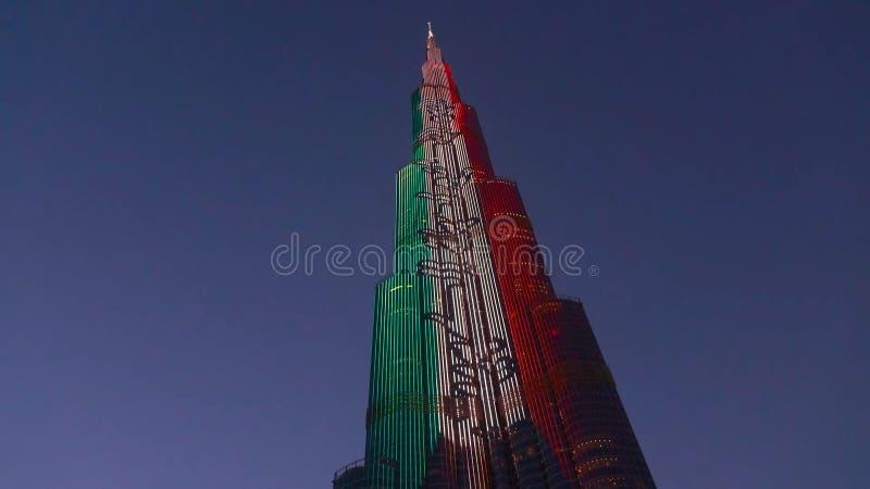 DUBAI, UAE - EM ABRIL DE 2018: Skyline de Dubai na noite O hotel o mais alto no mundo, Gevora Estrada zayed Sheikh Curso luxuoso  fotos de stock royalty free
