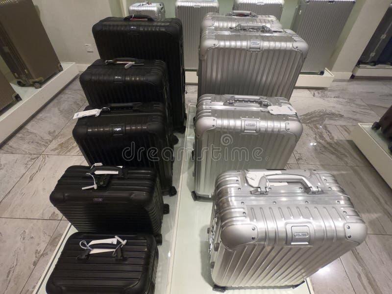 Dubai UAE - em fevereiro de 2019 - exposição de malas de viagem coloridas do metal na loja de Rimowa Rimowa é uma empresa alemão  foto de stock