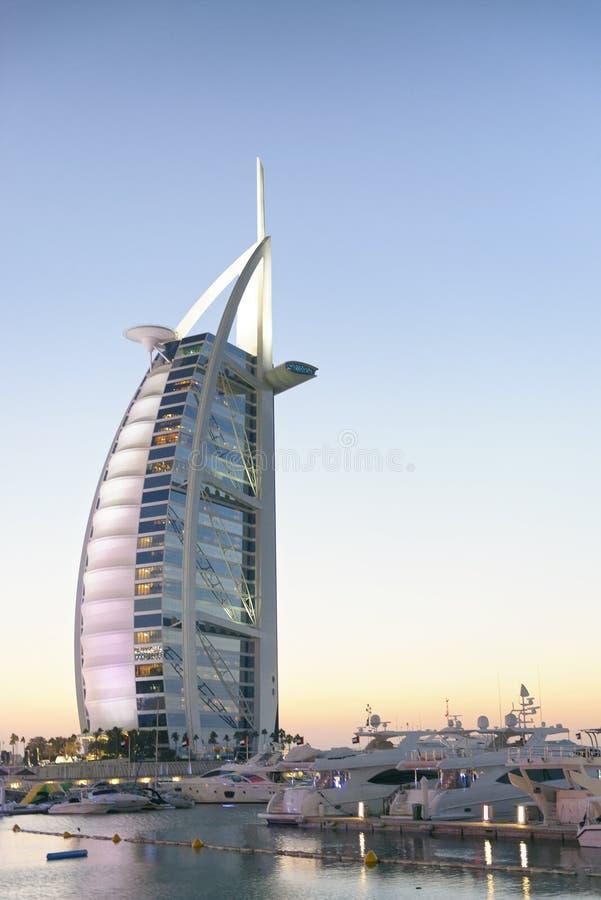 DUBAI, UAE - EM OUTUBRO DE 2015: Cores da noite do hotel de Burj Al Arab Mim fotos de stock royalty free