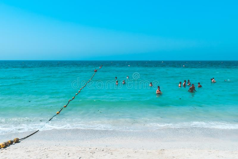DUBAI, UAE Emiratos Árabes Unidos - 23 de abril de 2016: Vista da praia pública com água de turquesa fotos de stock royalty free