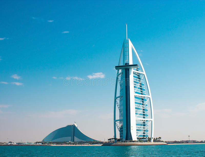 DUBAI, UAE - enero de 2015: Dos hoteles de lujo Burj Al Arab y Jumeirah varan el hotel en Dubai fotografía de archivo libre de regalías
