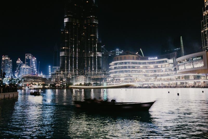 DUBAI, UAE - enero 02,2019: Rascacielos en la noche, Dubai de Burj Khalifa Burj Khalifa es el rascacielos más alto del mundo imágenes de archivo libres de regalías