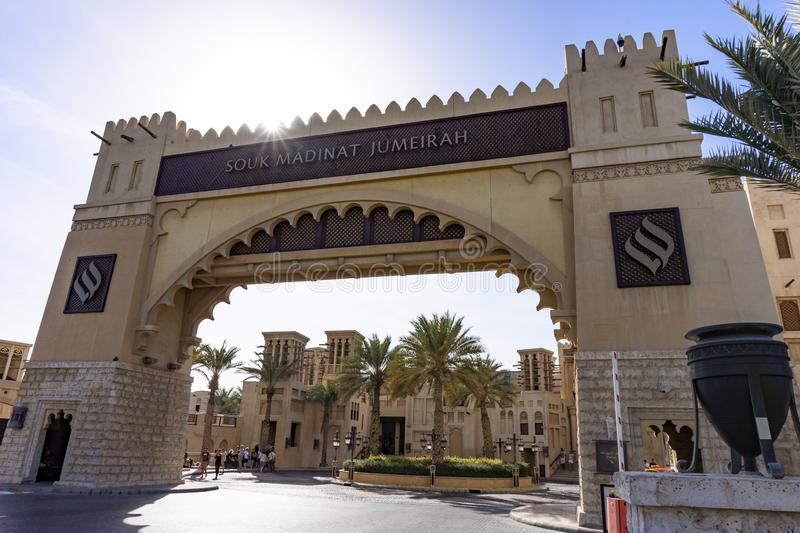 Dubai UAE/11 05 2018: enterance för marknad för soukmadinatjumeirah royaltyfria foton