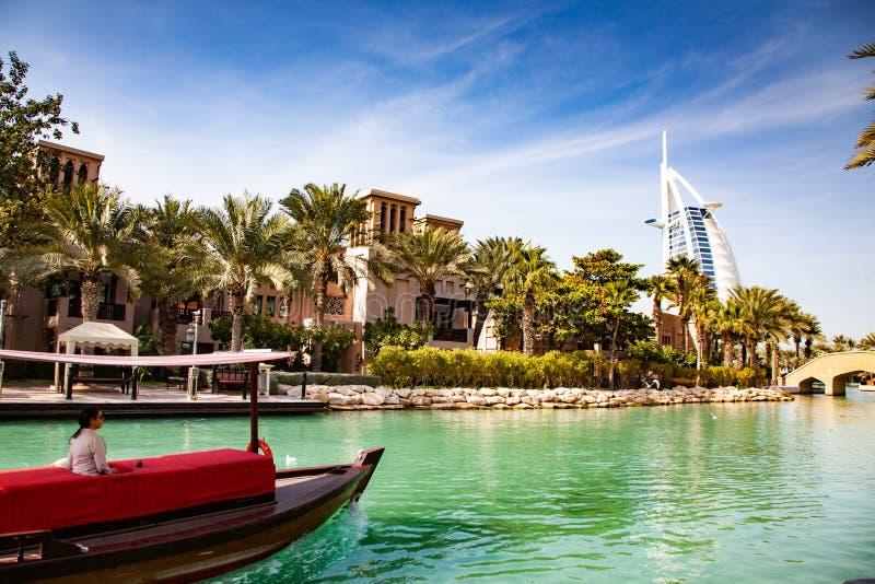 DUBAI, UAE - FEBRERO DE 2018: Opinión sobre Burj Al Arab, el mundo hotel de solamente siete estrellas visto de Madinat Jumeirah, foto de archivo libre de regalías