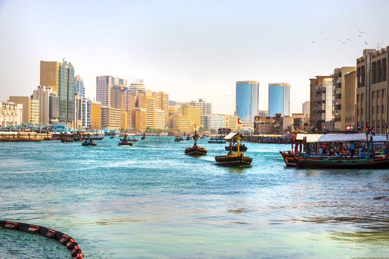 Dubai, UAE - Februar 2018: Alter Durchschnitttransport - arabisches Boot Abra Dubai Creek Retro- Wassertaxi lizenzfreies stockbild