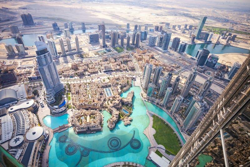 DUBAI, UAE - 24. Februar - Ansicht von im Stadtzentrum gelegenem Dubai von Burj Khalifa, Vereinigte Arabische Emirate stockfotos