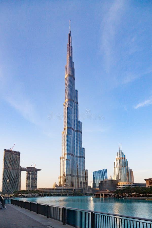 DUBAI UAE - FEBRUARI 2018: Burj Khalifa, world& x27; mest högväxt torn för s på natten, i stadens centrum Burj Dubai arkivbild