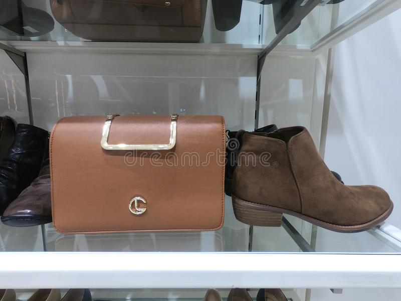 Dubai UAE - Februari 2019 - handv?skan, skon och b?lten visade till salu p? lagret royaltyfri foto