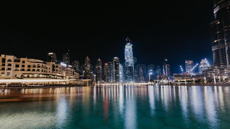 DUBAI, UAE - janeiro 02,2019: Arranha-céus na noite, Dubai de Burj Khalifa Burj Khalifa é o arranha-céus o mais alto no mundo imagens de stock