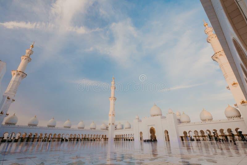 DUBAI, UAE - janeiro 06,2019: Sheikh Zayed Grand Mosque, Abu Dhabi A ó mesquita a maior no mundo, área é o quadrado 22.412 foto de stock royalty free