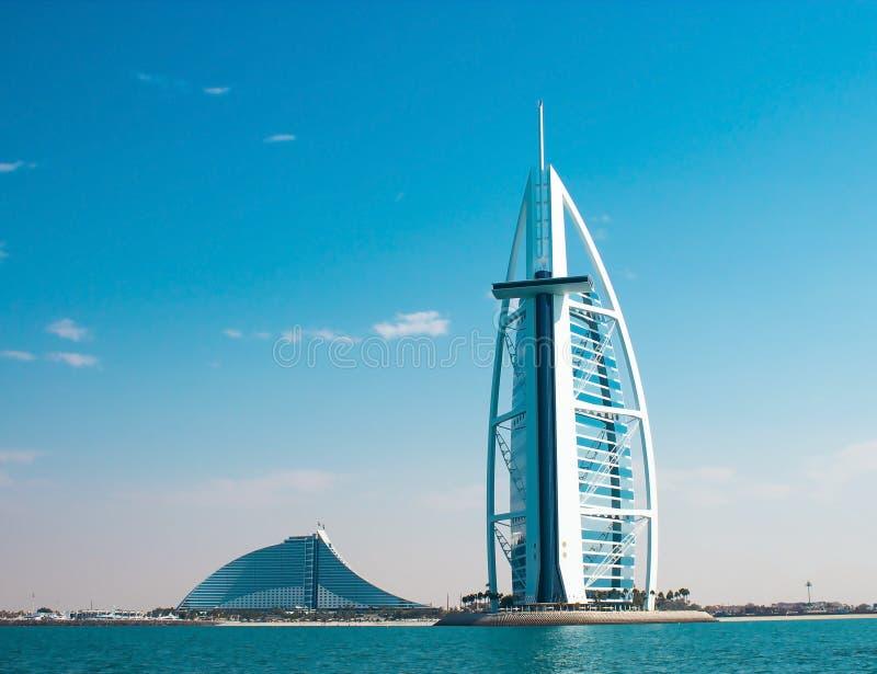 DUBAI, UAE - Januar 2015: Zwei Luxushotels Burj Al Arab und Jumeirah-Strand-Hotel in Dubai lizenzfreie stockfotografie