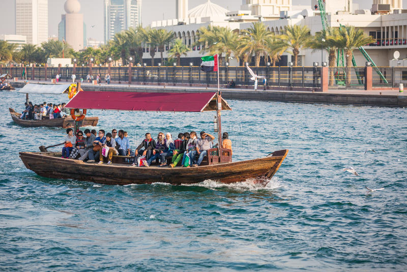 DUBAI UAE-JANUARY 18: Traditionella Abra färjer på Januari 18, 2 arkivfoto