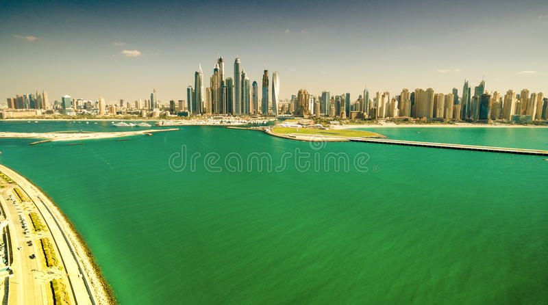 Dubai UAE Jumeirah gömma i handflatan och den Dubai marina royaltyfri fotografi