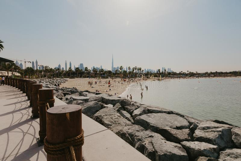 DUBAI UAE: La Mer i Dubai, UAE, som sett på Januaru 04, 2019 Det är ett nytt beachfront område med shopping och restauranger in royaltyfri foto