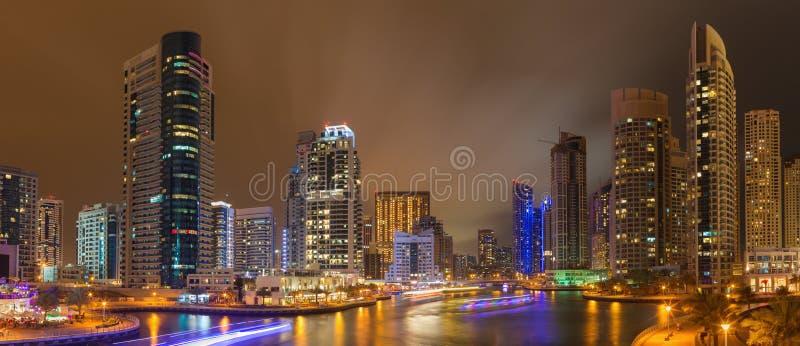 DUBAI, UAE - 25. MÄRZ 2017: Der nächtliche Jachthafen stockfotos