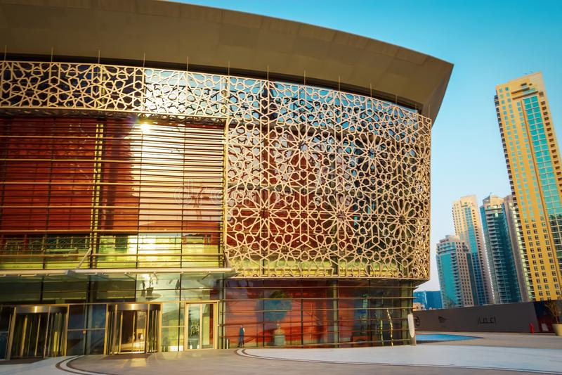DUBAI, UAE - 18. Mai 2018: Eingangs-Dubai-Oper Im Stadtzentrum gelegener Bezirk Dubai, UAE stockbild