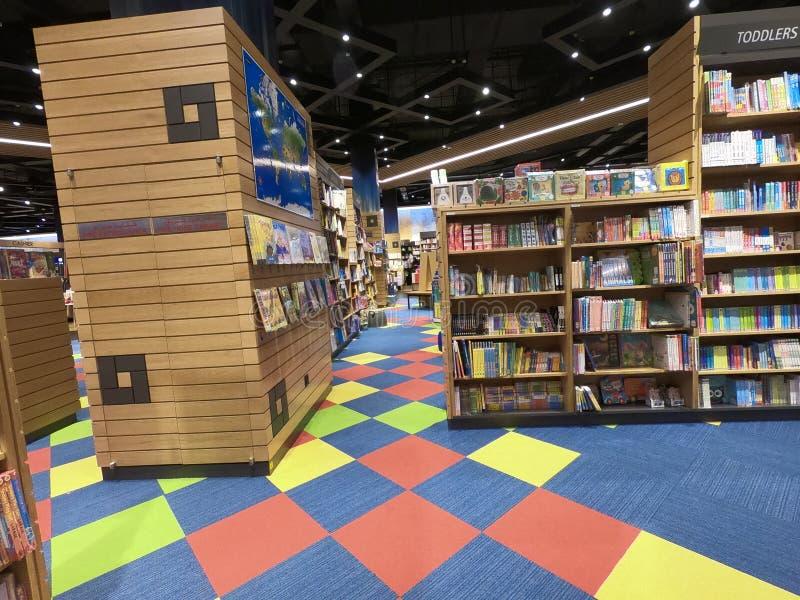 Dubai UAE maio de 2019 - livros das crianças indicados em uma biblioteca, livrarias Grande variedade de livros para a venda fotos de stock royalty free