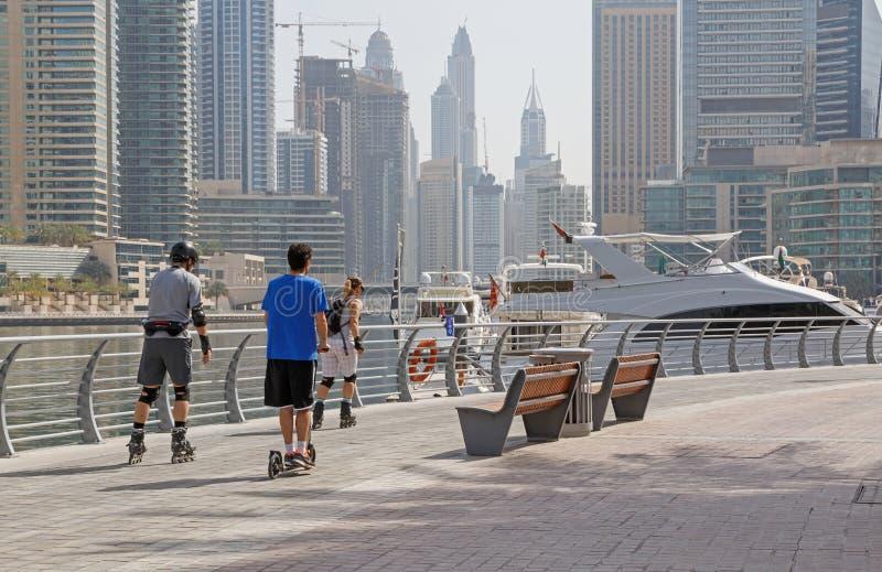 DUBAI UAE - MAJ 12, 2016: rullskateboradåkare på den fot- gångbanan arkivfoto