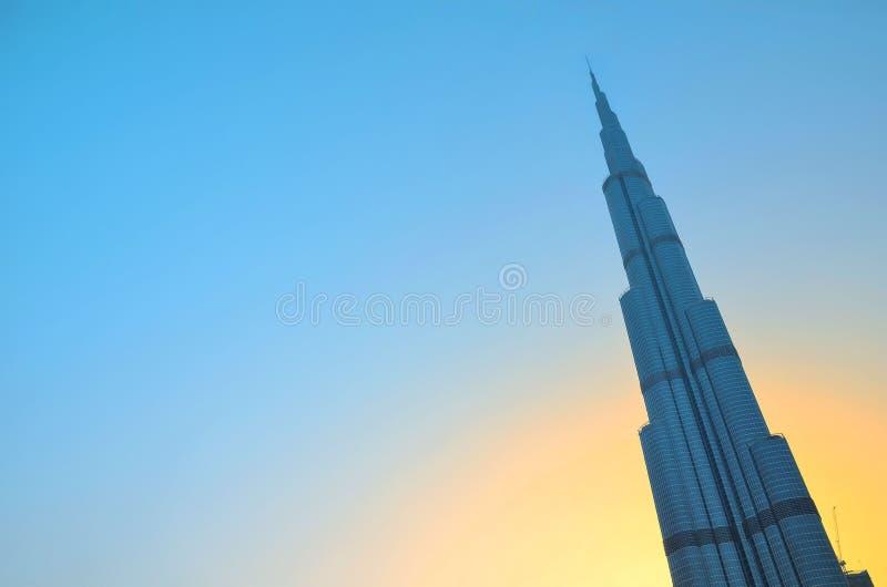 Dubai UAE - Maj 25, 2017: Sikt av Burj Khalifa i Dubai under solsken i sommar arkivfoto